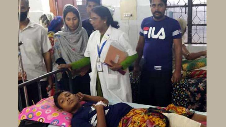 হাসপাতালে চিকিৎসাধীন কিশোর রাকিব শেখ