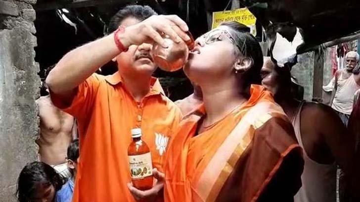 ভারতে এক নারীকে গোমূত্র খাওয়ানো হচ্ছে