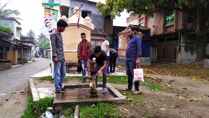 পাবনার চাটমোহরে টিউবওয়েলে সাবান বেঁধে দিচ্ছে ছাত্রলীগ নেতাকর্মীরা