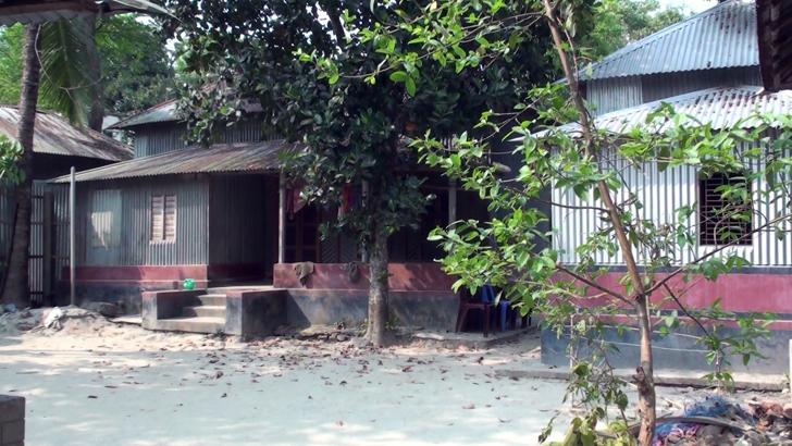মানিকগঞ্জের ঘিওরের এক গ্রাম লকডাউন