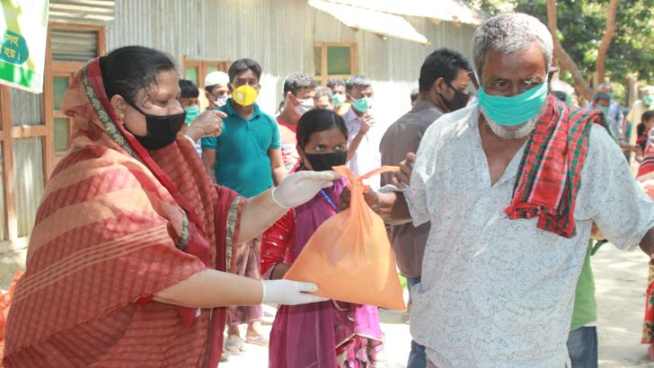 কেন্দুয়ায় তিন শতাধিক মানুষের মাঝে খাদ্যসামগ্রী বিতরণ