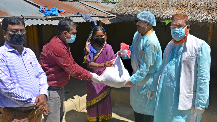 বীরগঞ্জে বাড়ি বাড়ি গিয়ে খাদ্যসামগ্রী বিতরণ করেন এমপি মনোরঞ্জন শীল গোপাল