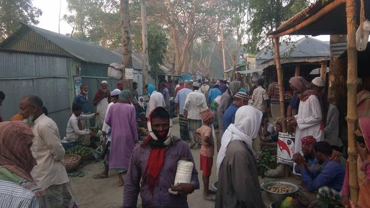 করোনাঝুঁকিতে চৌহালীতে বসেছে হাট, বিপুল জনসমাগম