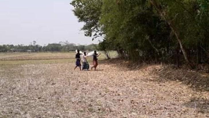 খাটিয়াও মেলেনি: কাঁধে করেই লাশ দাফন করলেন বাবা-ভাই