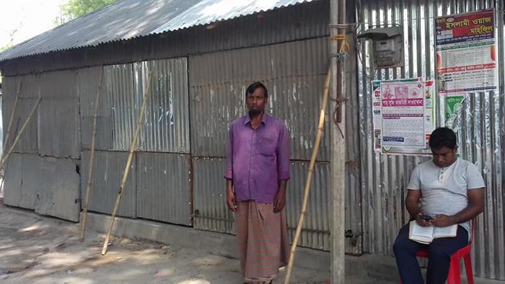 চাটমোহরে দোকান ভাড়া মওকুফ করে দিলেন কৃষক মুসা প্রামাণিক
