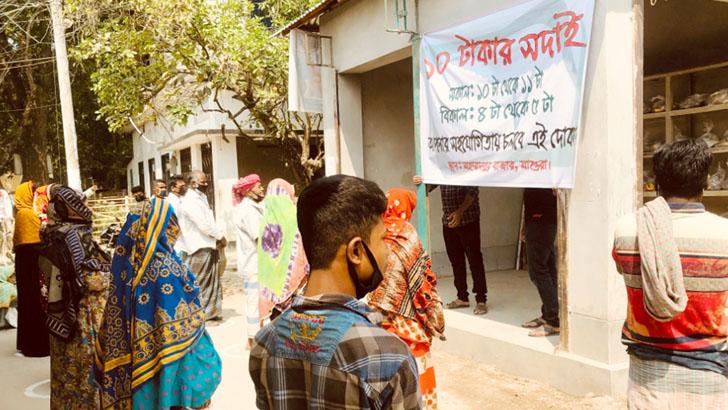 মহম্মদপুরে অসহায়দের ১০ টাকায় একদিনের বাজার দিচ্ছেন ১০ তরুণ