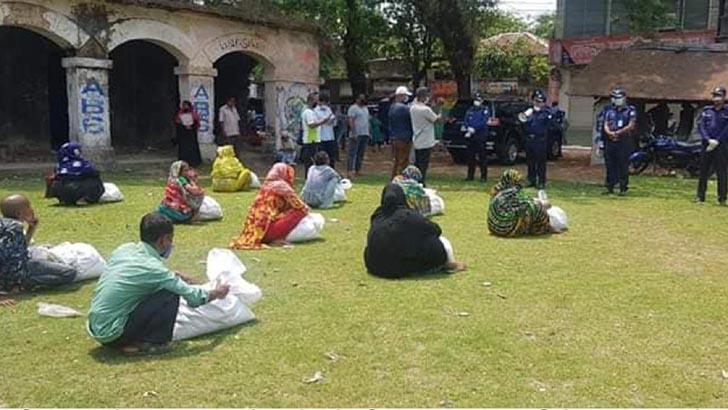 পটুয়াখালীতে দৃষ্টি প্রতিবন্ধীদের পাশে পুলিশ