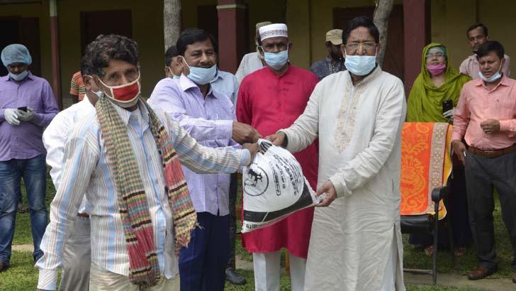 কৃষিমন্ত্রী মো. আবদুর রাজ্জাক কর্মহীন ৬০০ মানুষের মাঝে খাদ্যসামগ্রী বিতরণ করেন