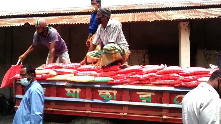 ঠাকুরগাঁওয়ে ১২০০ পরিবারের খাবারের দায়িত্ব নিল 'আমরা ক'জন'