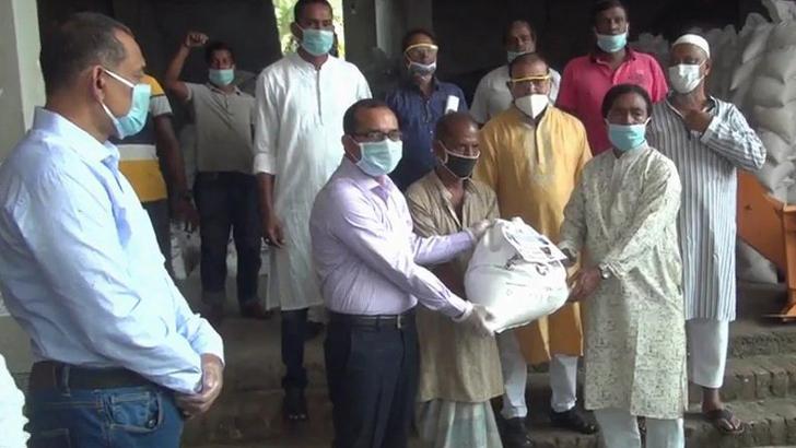 মে দিবসে শ্রমিকদের খাদ্য সহায়তা দিলেন এমপি শেখ তন্ময়