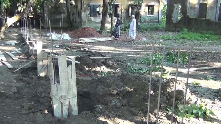গলাচিপায় উপস্বাস্থ্য কেন্দ্রের জমি দখল করে ভূমি অফিসের দেয়াল নির্মাণ