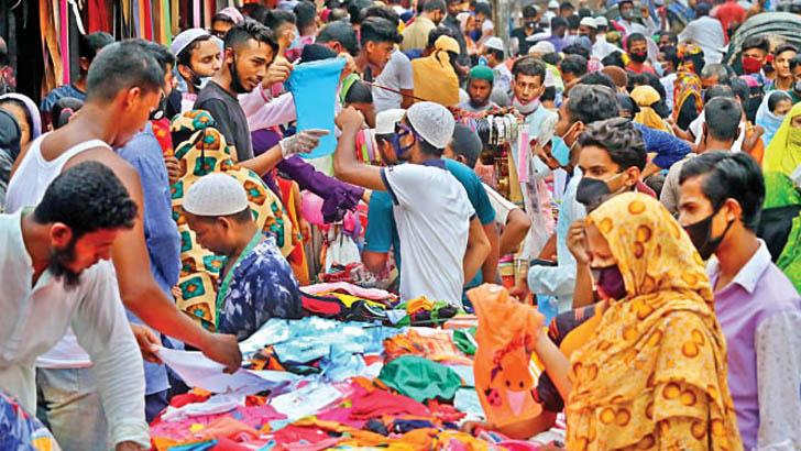 লালবাগের কেল্লার মোড়ে কেনাকাটা নিয়ে উপচে পড়া ভিড়