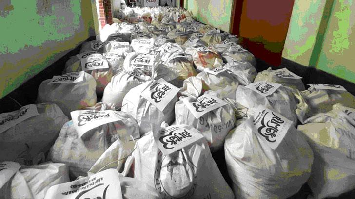 নন-এমপিও অস্বচ্ছল শিক্ষকদের খাদ্যসামগ্রী উপহার দিল 'স্বপ্ন নিয়ে'