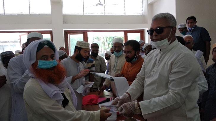 বানারীপাড়ায় ৪৯৪ মসজিদের ইমাম পেলেন প্রধানমন্ত্রীর ঈদ উপহার