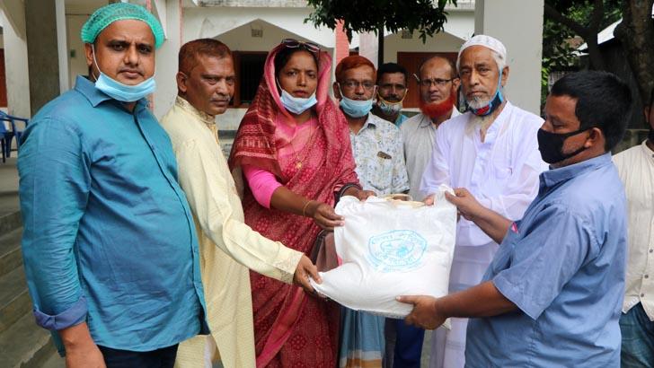 বাঞ্ছারামপুরে জেলা পরিষদের উদ্যোগে খাদ্যসামগ্রী বিতরণ