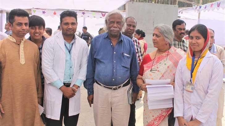 গণস্বাস্থ্য কেন্দ্রের কর্মীবেষ্টিত সস্ত্রীক ডা. চৌধুরী। ছবি: মং উ চিং মারমা (১৪ডিসেম্বর ২০১৬)