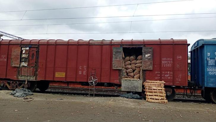 দর্শনা রেলবন্দর দিয়ে ঢুকল ভারতীয় পেঁয়াজের বড় চালান