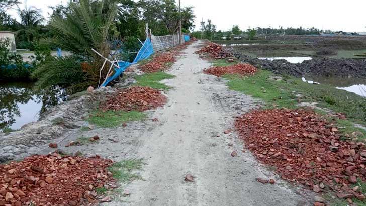 ২ বছরেও নির্মাণ হয়নি রামপাল-বেলাই ব্রিজ পর্যন্ত পাকা রাস্তা