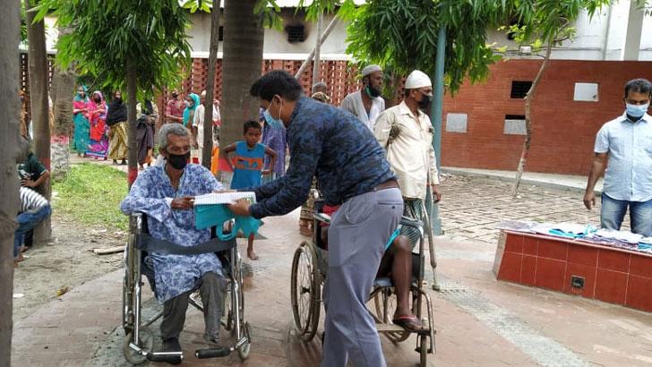 প্রতিবন্ধীদের খাবার ও কাপড় দিল ঢাকা দক্ষিণ যুবলীগ