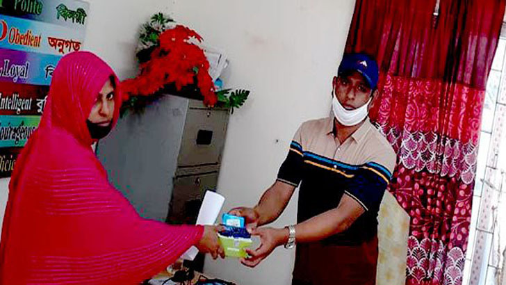 বানারীপাড়ায় অসহায় নারীকে মোবাইল কিনে দিলেন ওসি