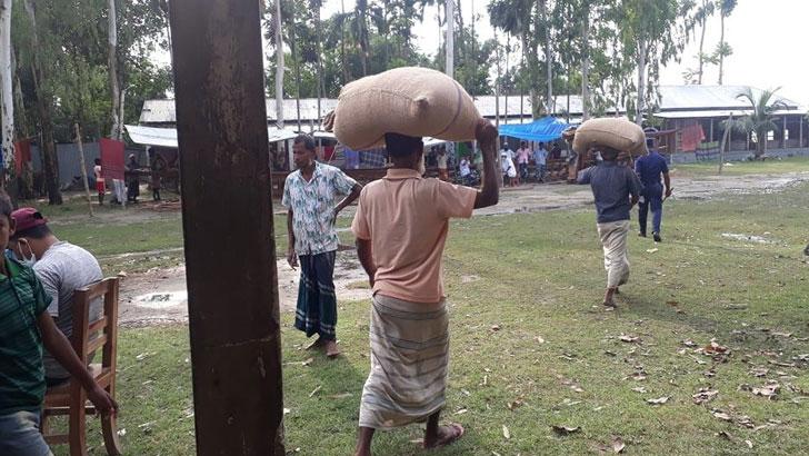 বন্যার্তদের সঙ্গে ইউপি চেয়ারম্যানের চালবাজি, গুদাম থেকে সরকারি চাল জব্দ