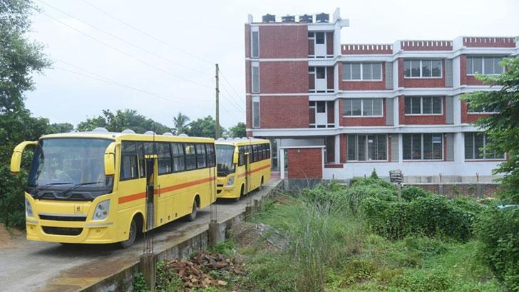 নালন্দা উচ্চ বিদ্যালয়কে দুটি স্কুলবাস দিল ভারতীয় হাইকমিশন