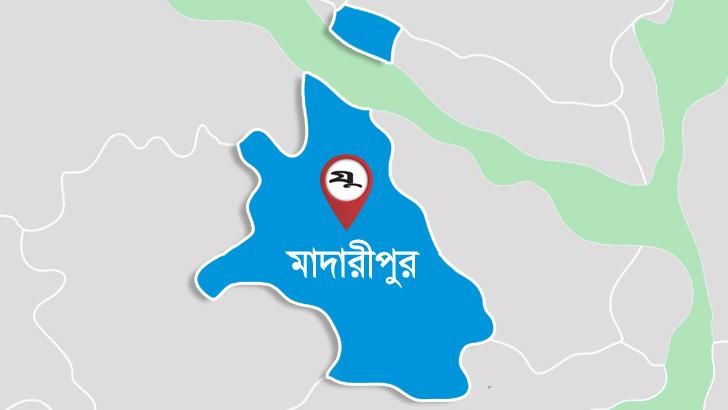 মাদারীপুর শহর রক্ষা বাঁধে ভাঙন, আতঙ্কে শহরবাসী