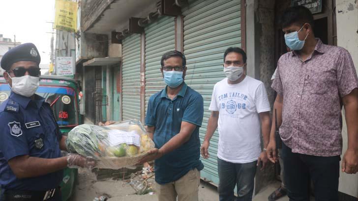করোনা আক্রান্ত যুগান্তর প্রতিনিধিকে উপহার পাঠালেন সিরাজগঞ্জের এসপি