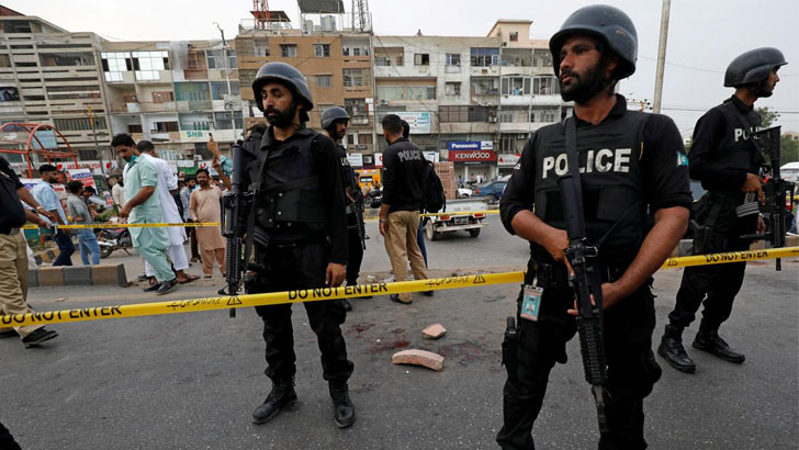পাকিস্তানে বিক্ষোভে গ্রেনেড হামলায় আহত ৩০