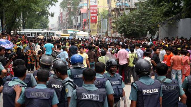 ঢাকা-ময়মনসিংহ মহাসড়ক অবরোধ করে শ্রমিক বিক্ষোভ