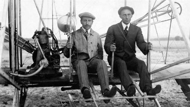 ১৮৭১ - বিমানের নকশা উদ্ভাবনকারী রাইট ভ্রাতৃদ্বয়ের অরভিল রাইট।