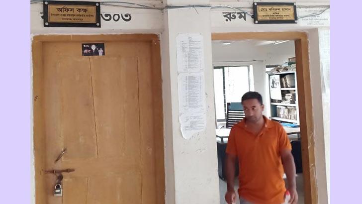 ১০ লাখ টাকা আত্মসাৎ, পিআইওর অফিসে ইউএনওর তালা