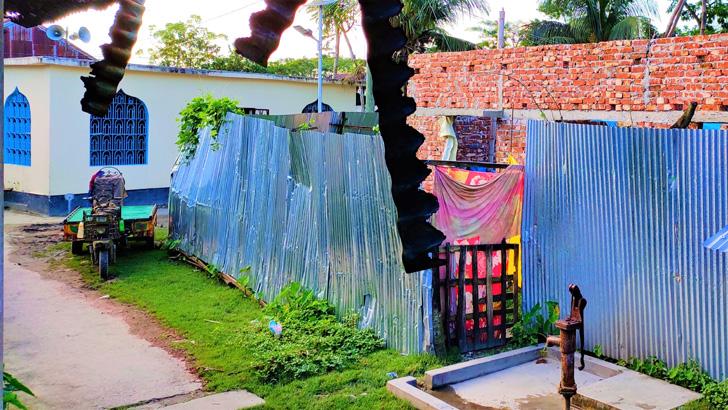মসজিদের সামনের ছয় শতাংশ জমি দখল করে ভবন নির্মাণ আওয়ামী লীগের নেতার ভাইয়ের