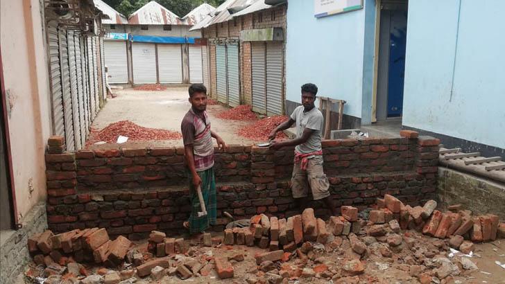সরকারি রাস্তা দখল করে চেয়ারম্যানের ভাইয়ের ঘর নির্মাণ