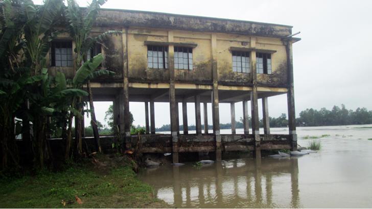 বাঙালি নদীর ভাঙনের কবলে প্রাথমিক বিদ্যালয় ভবন