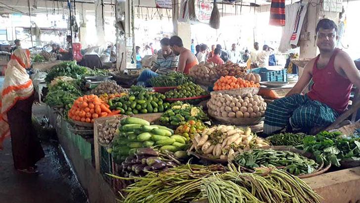 শায়েস্তাগঞ্জে সবজির বাজার লাগামহীন, বেড়েই চলছে কাঁচামরিচের দাম