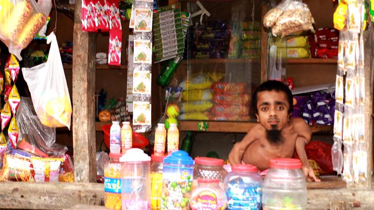 ৩২ বছর বয়সী ২৬ ইঞ্চি প্রতিবন্ধীর জীবনযুদ্ধ থেমে নেই