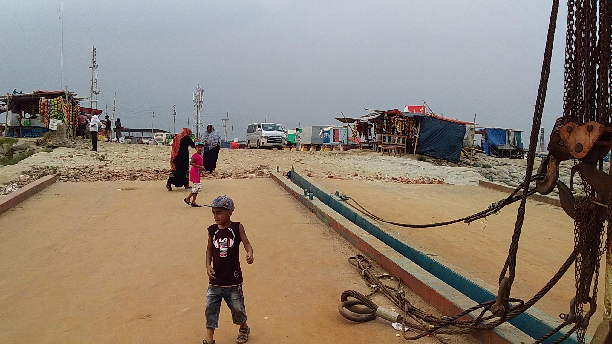 শিমুলিয়া-কাঁঠালবাড়ি নৌপথ: বৈরী আবহাওয়ায় যাত্রী দুর্ভোগ চরমে