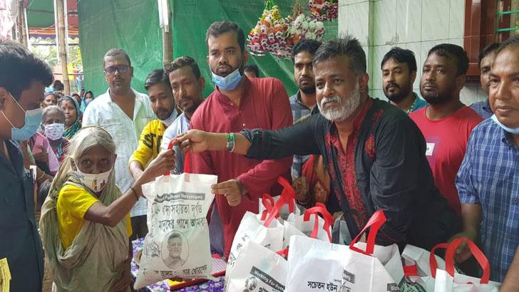 সিদ্ধিরগঞ্জে পূজামণ্ডপে করোনাযোদ্ধা খোরশেদের খাদ্যসামগ্রী বিতরণ