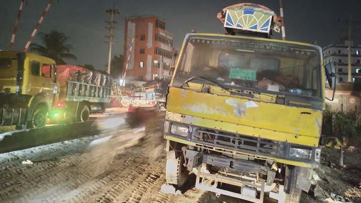 রেললাইনে বিকল ট্রাক, ১২ হাজার টাকায় ছাড়পত্র ছাড়াই দফারফা