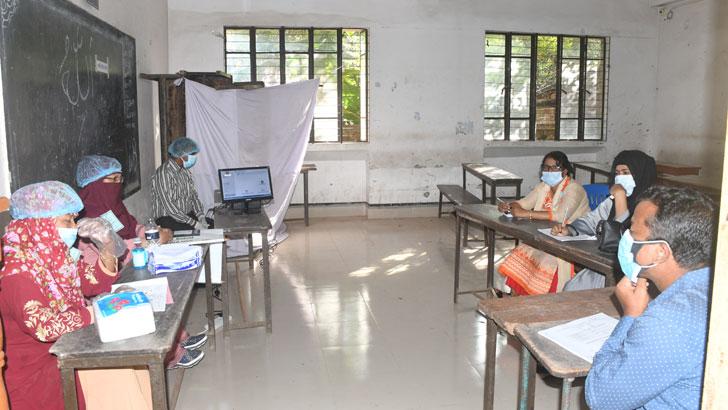 ছবিটি মালেকা বানু স্কুলের ভোটকেন্দ্রে ভোটারদের অপেক্ষায় নির্বাচনী কর্মকর্তা ও সংশ্লিষ্টরা। ছবি: যুগান্তর