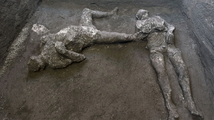 পম্পেই নগরীতে লাভার নিচে ঢাকা পড়া দুইজনের দেহাবশেষ