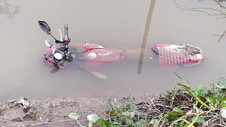 খালে মাছ ধরতে গিয়ে মিলল বাইক