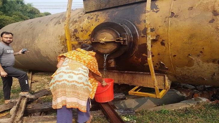 লাইনচ্যুত ট্রেন থেকে বালতিতে তেল সংগ্রহের হিড়িক