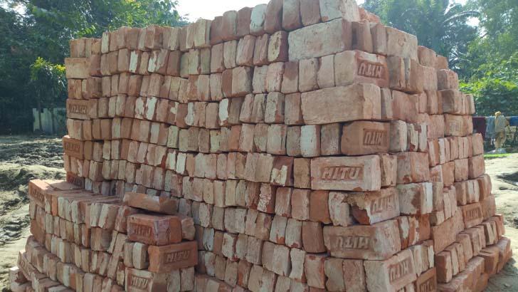 গৃহ নির্মাণের উদ্দেশ্যে কেনা দশ হাজার নিম্নমানের ইট