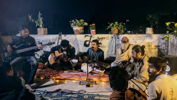 পূর্ণিমার রাত্রে, যন্ত্রীর স্টুডিওতে চলছে সঙ্গীতসঙ্গ