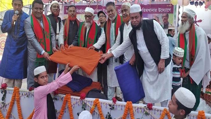 স্বরাষ্ট্রমন্ত্রী আসাদুজ্জামান খান কামালের দেয়া কম্বল উপহার পেয়ে মহাখুশি
