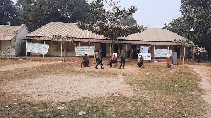 সাভারের ৭নং ওয়ার্ডের রেডিও কলোনি সরকারি প্রাথমিক বিদ্যালয়ের দুপুরের চিত্র