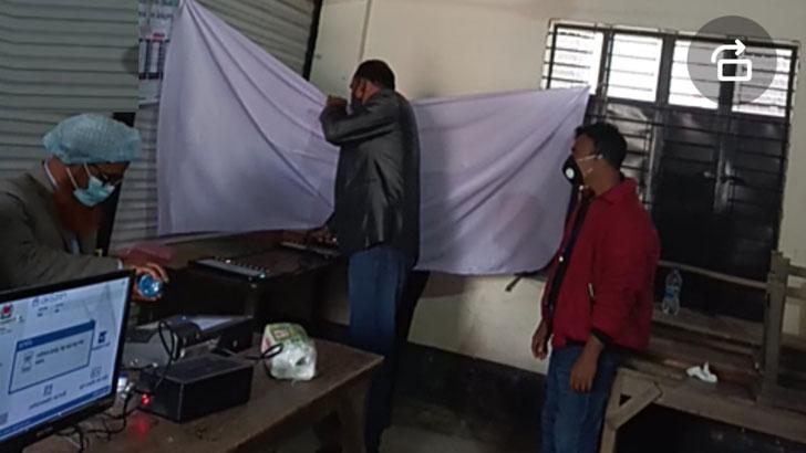 সাভার ১নং ওয়ার্ডে স্বর্ণকলি আদর্শ বিদ্যালয় কেন্দ্রে সরকার দলীয় এজেন্ট গোপন কক্ষের পর্দার নিচ দিয়ে ভোট দিয়ে দিচ্ছেন