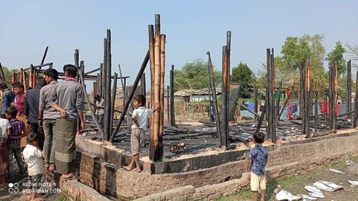 রোহিঙ্গা ক্যাম্পে আগুন, ৪টি শিশুশিক্ষা কেন্দ্র পুড়ে ছাই